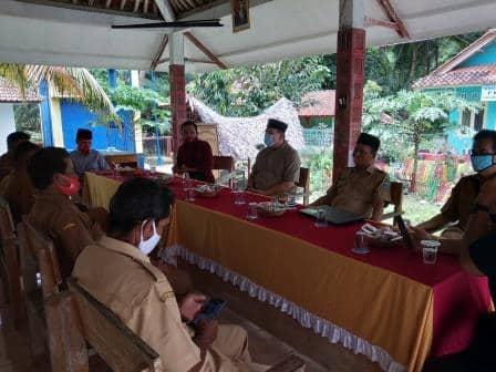 Diskusi penggalian potensi dan pengembangan desa  bersama anggota DPD RI KH. Amang Syafrudin